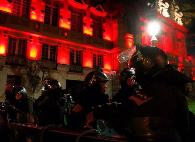 Policías custodian la sede de Gobierno en Bolivia
