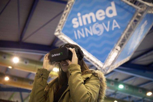 Una asistente prueba gafas de realidad virtual en Simed Innova.