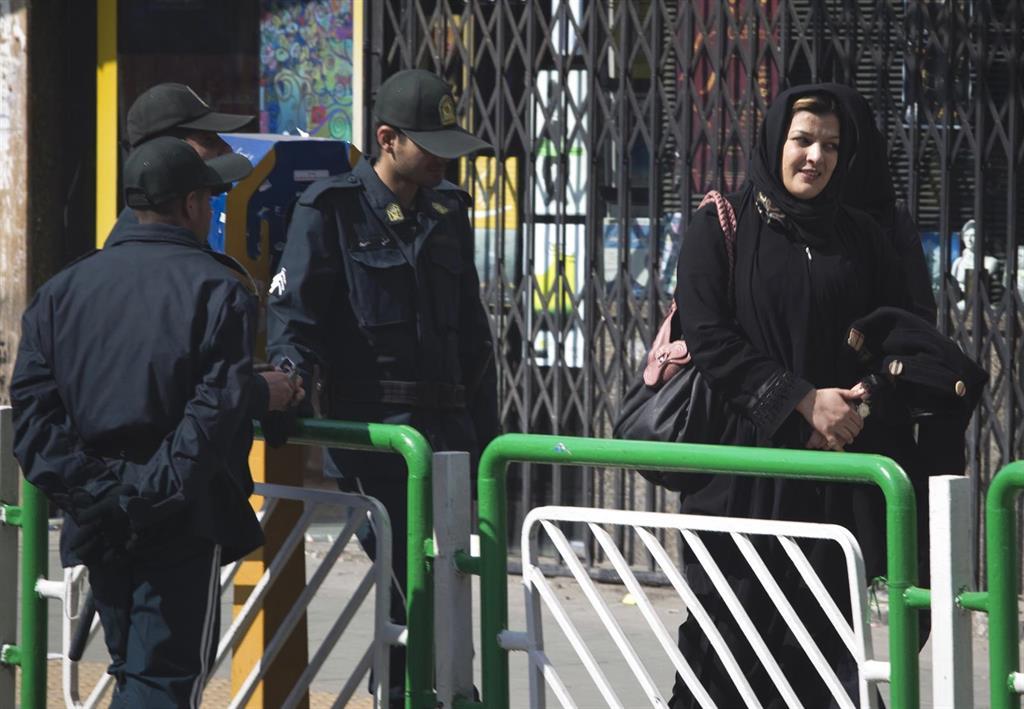 Dos mujeres atacan a un clérigo iraní que les reprochó que paseaban sus perros, actividad prohibida en Irán