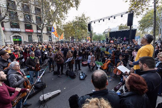 Músics del col·lectiu Músics per la Llibertat que han acudit a la convocatòria de Tsunami Democràtic a Barcelona per la jornada de reflexió del 10N.