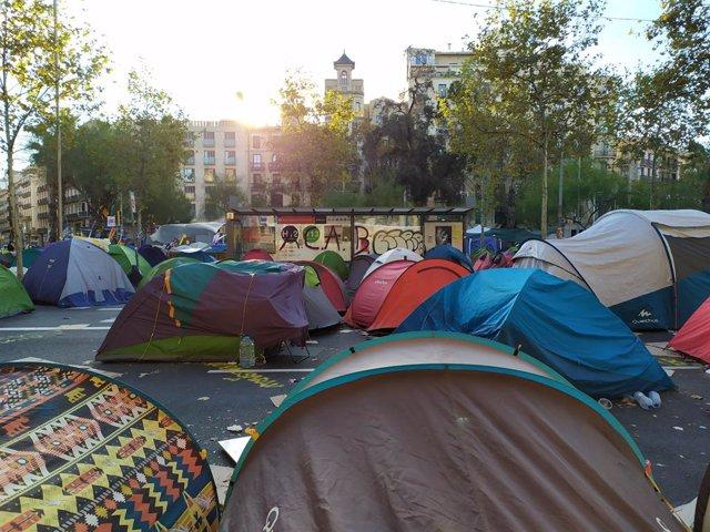 Un centenar de tendes de campanya continuen a l'acampada de plaça Universitat dissabte 9 de novembre, coincidint amb la jornada de reflexió.