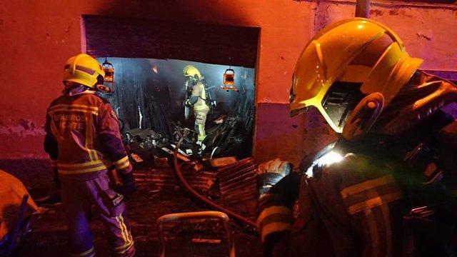 Extinción del incendio en la nave de carpintería