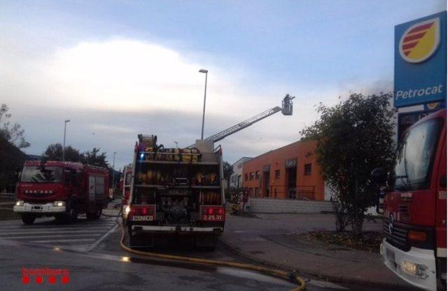 Bombers extingeixen un foc a Olot