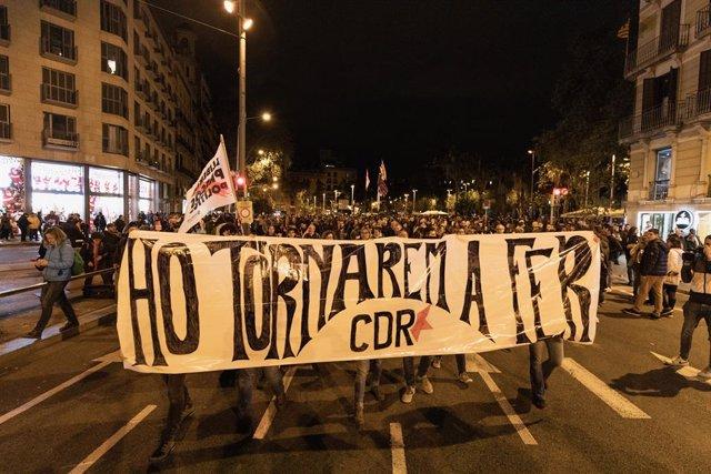"""Manifestants dels CDR porten una pancarta amb la consigna """"Ho tornarem a fer"""" (ho tornarem a fer) durant una manifestació a Barcelona (Espanya), a 9 de novembre de 2019."""