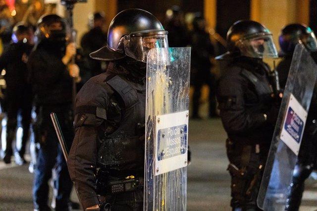 Mossos subjecten un escut durant una manifestació a Barcelona (Espanya), a 9 de novembre de 2019.