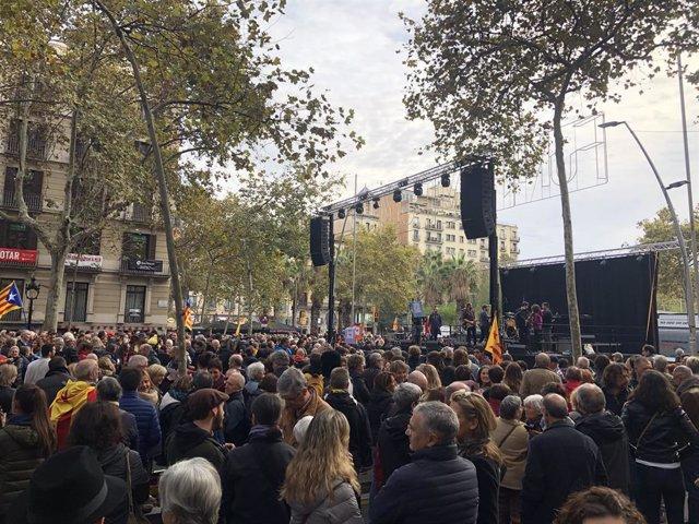Centenars de persones omplen de forma festiva la Gran Via de Barcelona entre Balmes i plaça Universitat en l'acte del Tsunami Democràtic per la jornada de reflexió del 10N.