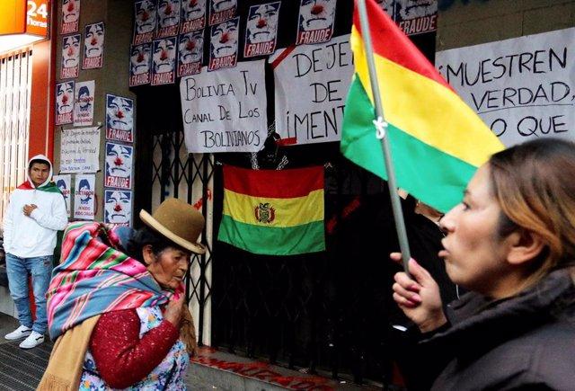 Manifestantes cercan el edificio en el que se encuentran Bolivia TV y la radio Patria Nueva durante las protestas contra el presidente boliviano, Evo Morales.