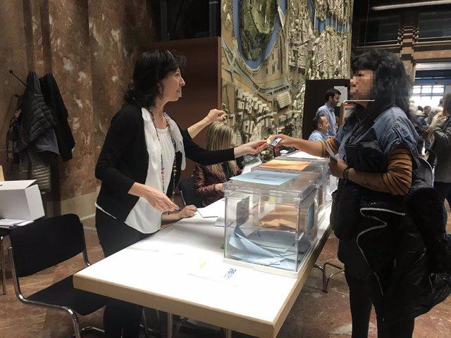 Votacions al col·legi electoral a l'Ajuntament de Saragossa