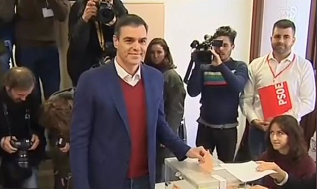 Pedro Sánchez exercint el seu dret al vot a Pozuelo de Alarcón (Madrid)