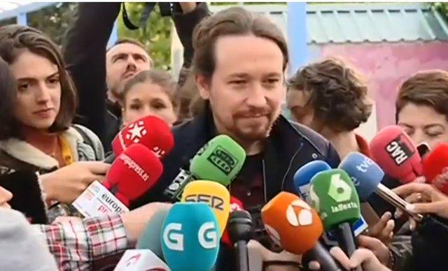 Pablo Iglesias després d'exercir el seu dret al vot a La Navata (Madrid)