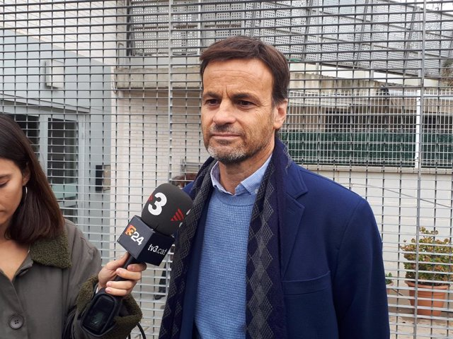 Jaume Asens (ECP) vota a l'Escola Fort Pienc
