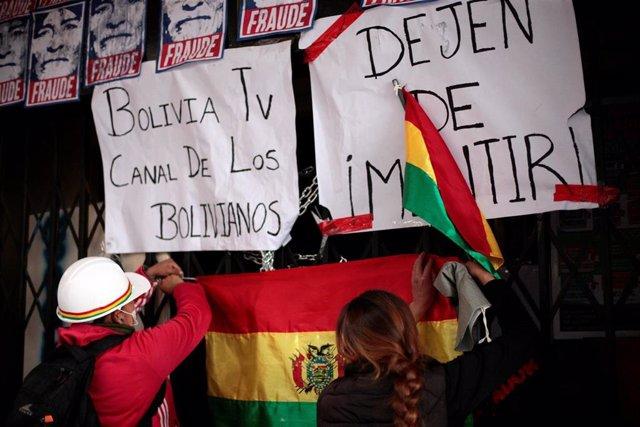 Grupos de manifestantes que exigen la dimisión del presidente de Bolivia, Evo Morales, cercan una radio y una televisión estatales.