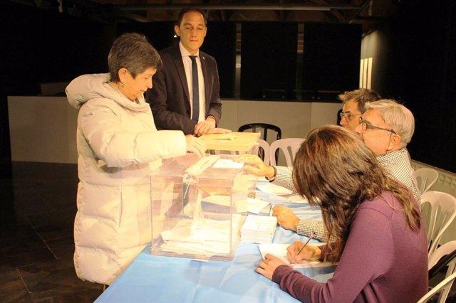 La delegada del Govern a Catalunya, Teresa Cunillera, vota juntament amb el subdelegat del Govern a Lleida, José Crespín