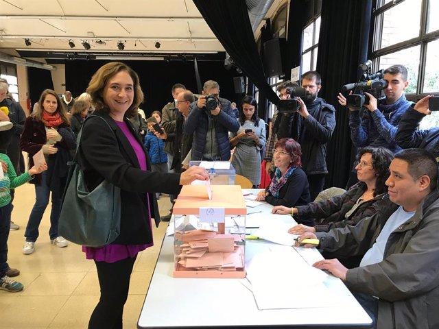 L'alcaldessa de Barcelona, Ada Colau, vota en les eleccions generals del 10 de novembre de 2019