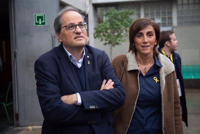 El president de la Generalitat, Quim Torra, al costat de la seva dona, Carola Miró, al col·legi electoral per exercir el seu dret al vot durant la jornada electoral de les eleccions generals a Barcelona, el 10 de novembre de 2019