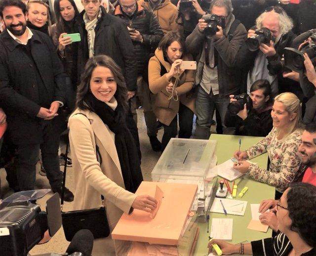 Votació de la candidata de Cs al Congrés per Barcelona, Inés Arrimadas, al costat del seu marit, Xavier Cim (darrere seu), el dia de les eleccions generals del 10 de novembre de 2019