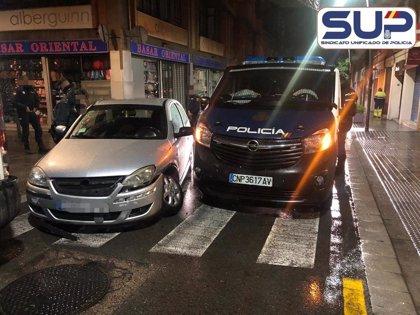 Heridos cinco agentes de la Comisaría de Santiago en Barcelona al chocar un coche contra su furgón policial