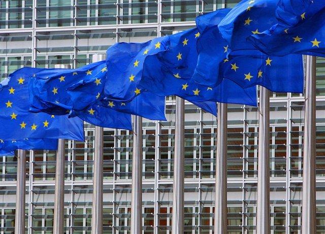 Sede de la Comisión Europea y banderas de la UE, en Bruselas