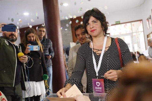 La presidenta de Adelante Andalucía y coordinadora de Podemos Andalucía, Teresa Rodríguez, junto a su pareja , el Alcalde de Cádiz, José María González, 'Kichi', ejerciendo su derecho al voto en Cádiz este 10N