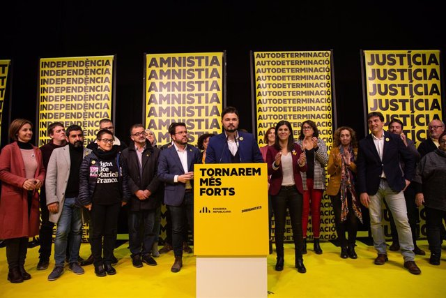 Gabriel Rufián celebra la victòria d'ERC a Catalunya en les eleccions generals del 10 de novembre del 2019 al costat de la cúpula del partit