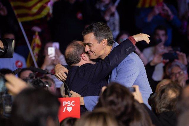 El president del Govern en funcions i candidat a la presidència pel PSOE, Pedro Sánchez (i), al costat del portaveu del grup socialista al Parlament de Catalunya, Miquel Iceta (d) a Barcelona (Espanya), a 8 de novembre del 2019.