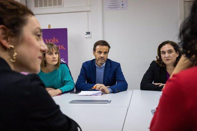 Jaume Asens i Ada Colau en una reunió dels comuns durant la nit electoral