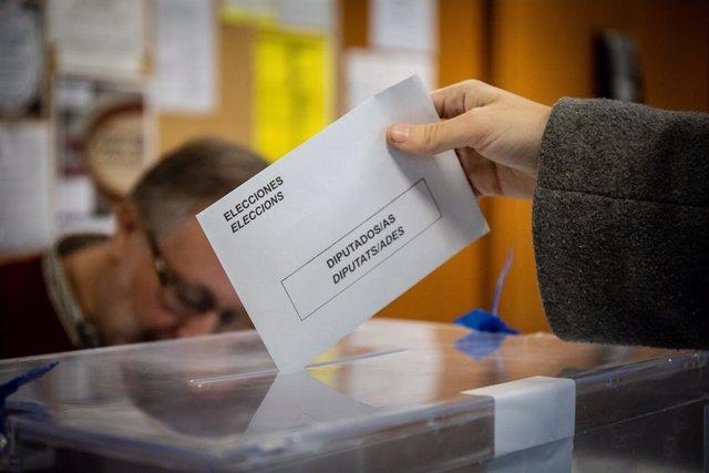Jornada electoral del 10N a un col·legi a Barcelona