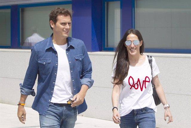 ALBERT RIVERA y MALÚ salen del hospital
