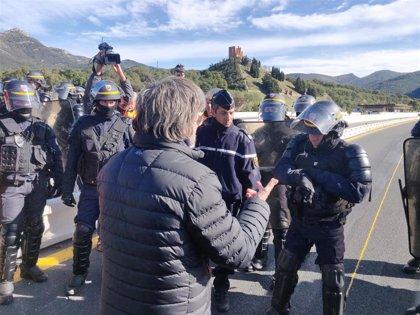 Manifestantes del Tsunami pactan con antidisturbios franceses retirar vehículos de la AP-7