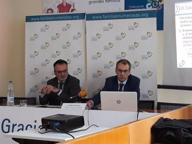 El vicepresidente primero de la Federación Española de Familias Numerosas, José Manuel Trigo (izquierda) y el profesor de Economía Aplicada de la Universidad de Vigo, Alberto Vaquero (derecha)