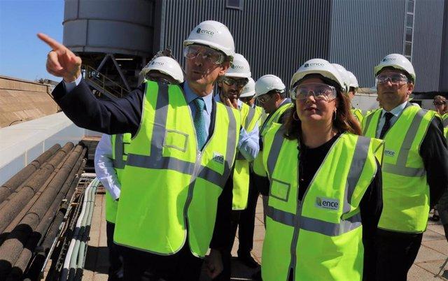 La consejera de Agricultura, Carmen Crespo, durante su visita a la planta de biomasa de Ence en Huelva.