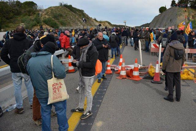 Una multitud de persones talla la carretera de l'AP-7 a la Jonquera (Girona), 11 de novembre del 2019.