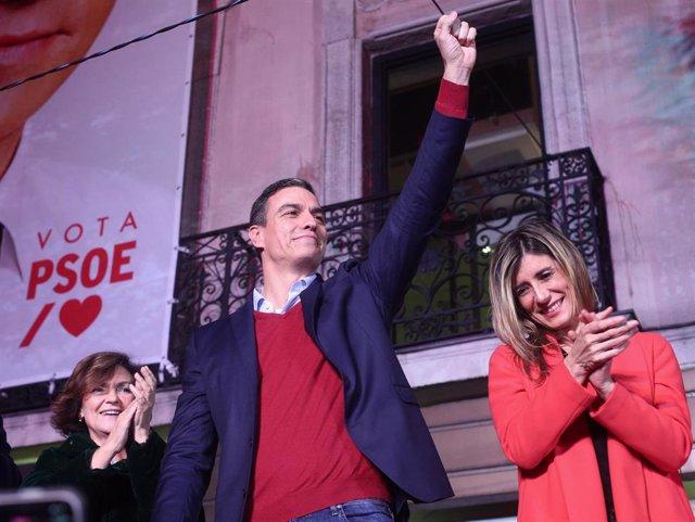 (I-D) La vicepresidenta del Gobierno en funciones, Carmen Calvo; el Secretario general del PSOE y candidato a la presidencia del Gobierno, Pedro Sánchez y su mujer, Begoña Gómez celebran los resultados del partido durante la noche electoral del 10N