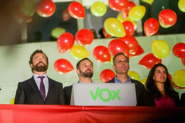 (I-D) El número tres de Vox al Congreso por Madrid, Iván Espinosa de los Monteros; el candidato de Vox a la Presidencia del Gobierno y presidente del partido, Santiago Abascal; el número dos de Vox al Congreso por Madrid, Javier Ortega Smith; y la presi