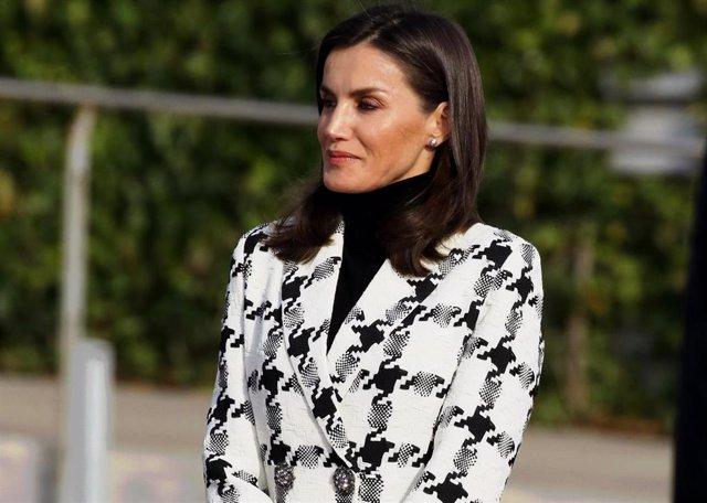 La Reina Letizia con blazer de Uterqüe de pata de gallo