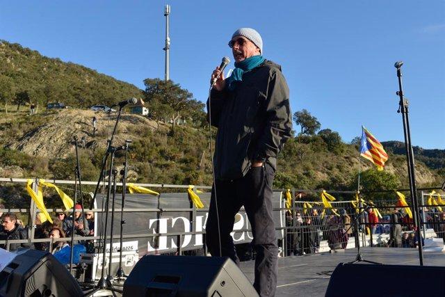 El cantautor Lluís Llach actua en el tall de Tsunami Democràtic en l'AP-7 a la frontera amb França l'11 de novembre de 2019.