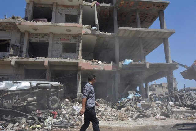 Un hombre camina por la ciudad de Qamishli, en el norte de Siria