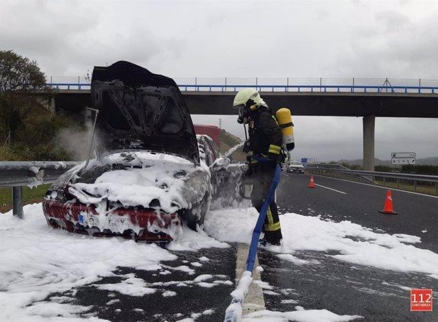 Vehículo incendiado en la A-8, a la altura de San Vicente de la Barquera