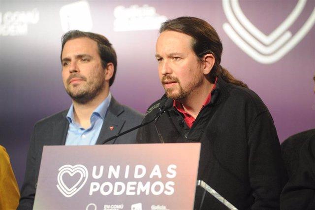 El coordinador federal de IU y candidato de Unidas Podemos al Congreso por Málaga, Alberto Garzón (i) y el candidato del partido a la Presidencia del Gobierno, Pablo Iglesias (d) durante la noche electoral del 10N, en el Espacio Harley de Madrid (España),