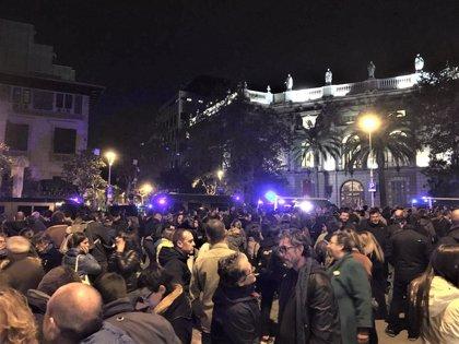 Unas 500 personas convocadas por los CDR protestan ante la Delegación del Gobierno en Barcelona
