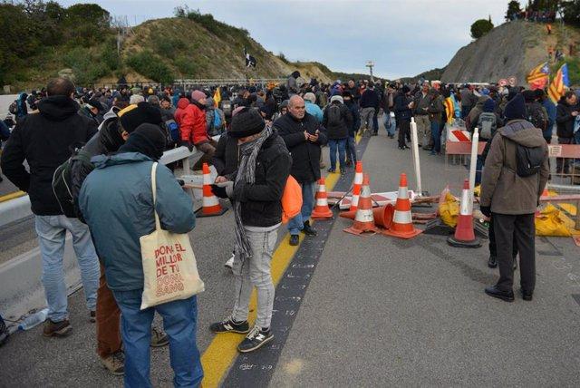 Una multitud de personas corta la carretera de la AP-7 en La Jonquera (Girona),  una acción convocada por Tsunami Democràtic, en  La Jonquera /Girona /Catalunya (España), a 11 de noviembre de 2019.