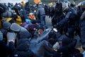 Agentes franceses mantienen un cordón en el límite fronterizo y los Mossos tratan de desalojar a los manifestantes