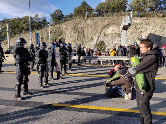 Desallotjament de manifestants de Tsunami Democràtic a la frontera entre la Jonquera (Girona) i el Pertús (França).