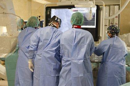 Médicos del Gregorio Marañón realizan el primer doble implante valvular con catéter en España