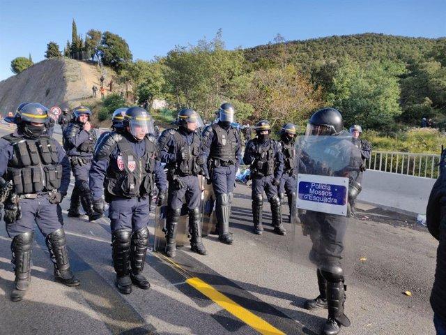 Els antiavalots francesos i espanyols coincideixen a pocs metres de la frontera en el desallotjament de Tsunami.