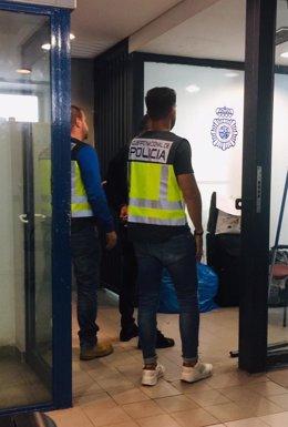 Agente de la Policía Nacional en un operativo