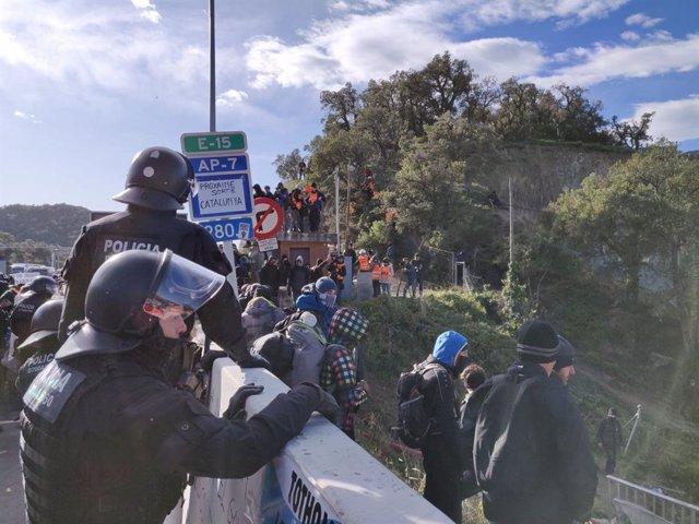 Els Mossos d'Esquadra miren de desallotjar manifestants de Tsunami Democràtic a l'AP-7.