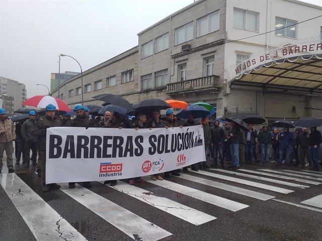 Trabajadores del astillero Barreras se manifiestan ante la entrada principal de la empresa.