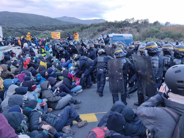 Comencen a desallotjar els manifestants del Tsunami Democràtic que bloquegen la frontera amb França.