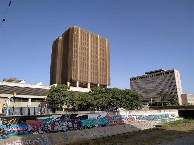 Antiguo edificio de Correos en primer plano. Al fondo, edificio de Hacienda.